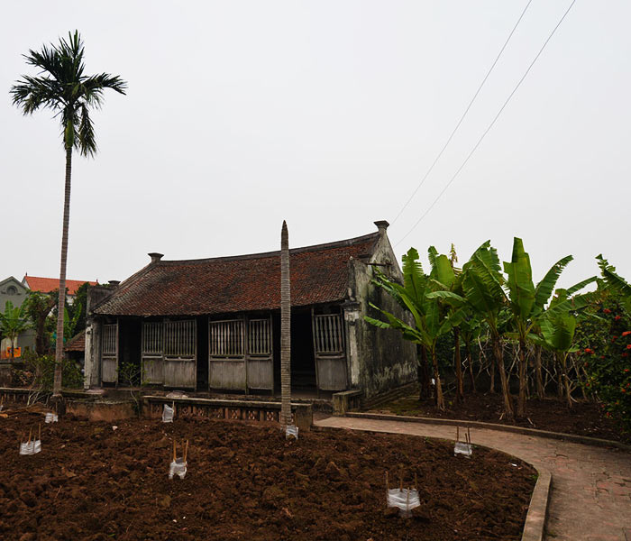 Mặt trước sân ngôi nhà Bá Kiến