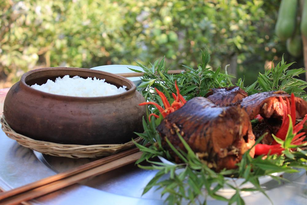 Niêu cá kho bên mâm cơm ngày tết cổ truyền là điều rất ý nghĩa trong mỗi gia đình Việt Nam