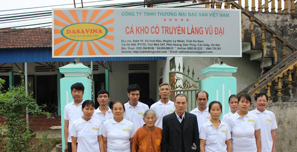 Các nghệ nhân tại cơ sở sản xuất Công ty Đặc Sản Việt Nam tại làng Vũ Đại Hà Nam