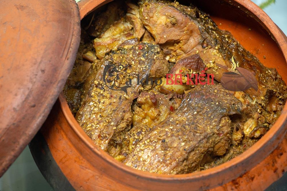Miếng cá kho chắc thịt, xương mềm, hoà quyện cùng các gia vị hấp dẫn