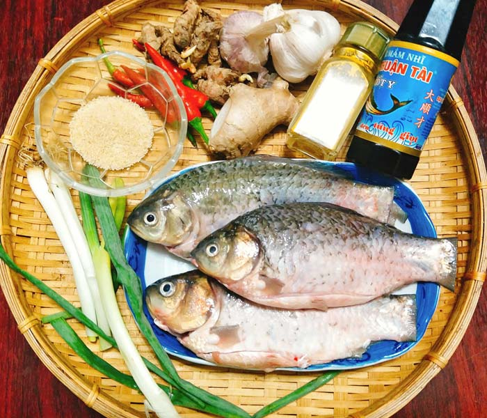 Chuẩn bị nguyên liệu làm món cá kho nghệ