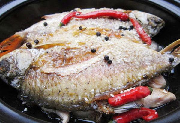 Cá rán qua rồi cho vào ướp gia vị