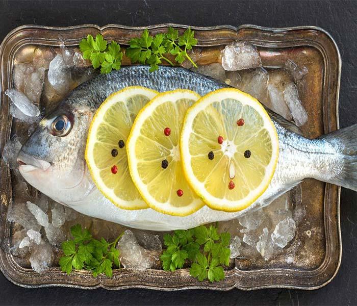 Dùng chanh để làm sạch cá tốt hơn