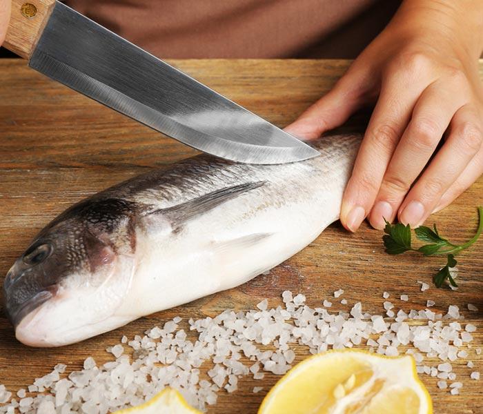 Đừng quên muối cũng là phương pháp đơn giản nhất khi sơ chế cá
