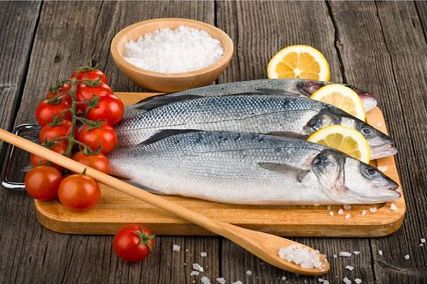 Khi làm cá dùng muối và chanh tươi có thể làm hết mùi tanh cá