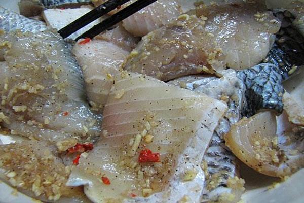 Ướp gia vị không những giúp món cá ngon mà còn hết mùi tanh