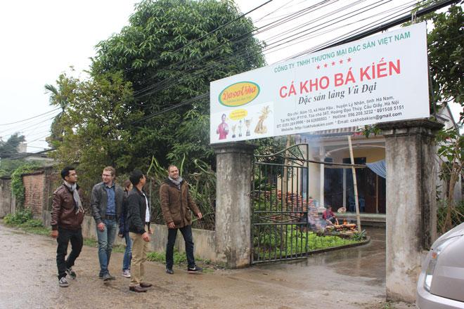 Đoàn khách Tây đã đến cơ sở kho cá Bá Kiến của công ty DASAVINA