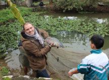 Một vị khách tên Jonsion rất hứng thú khi được bắt cá