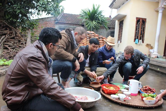 Các vị khách Tây rất hứng thú khi được chế biến món ăn cá này