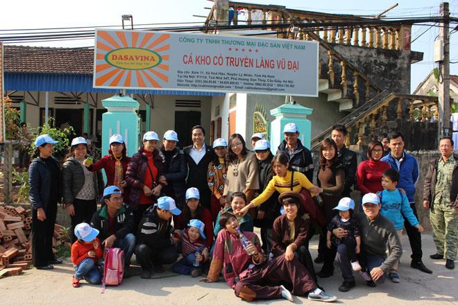 Khách du lịch sẽ chụp ảnh kỷ niệm trước khi về Hà Nội