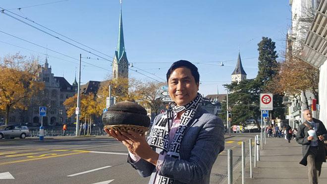 Đáp ứng yêu cầu người tiêu dùng ở nhiều nước trên thế giới, rất nhanh sau đó anh Nguyễn Bá Toàn có mặt tại Thụy Sĩ