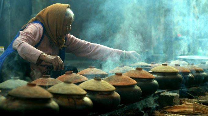 Cá kho Vũ Đại đang trong quá trình nấu