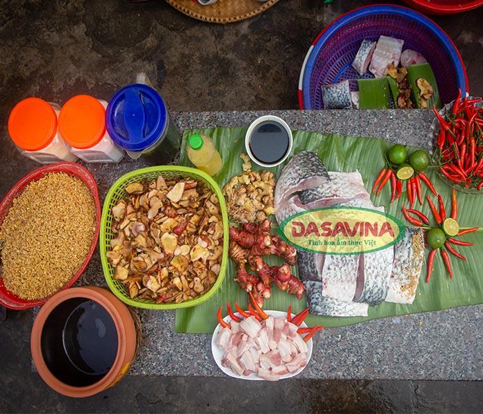 Chuẩn bị nguyên liệu và gia vị làm món cá kho Bá Kiến