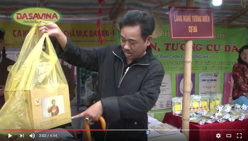 Nghệ sĩ hài Quốc Khánh mua Cá kho Bá Kiến đi lễ cầu may đầu năm
