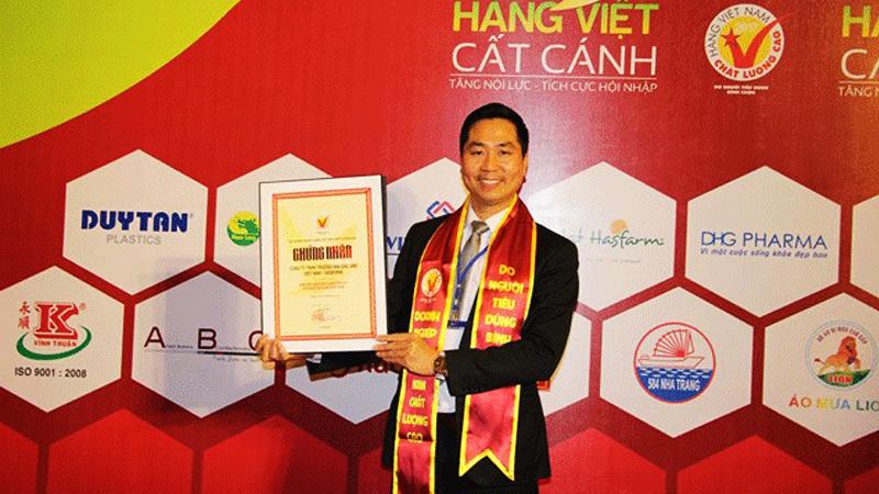 Giám đốc Nguyễn Bá Toàn nhận Chứng nhận Hàng Việt Nam Chất lượng cao