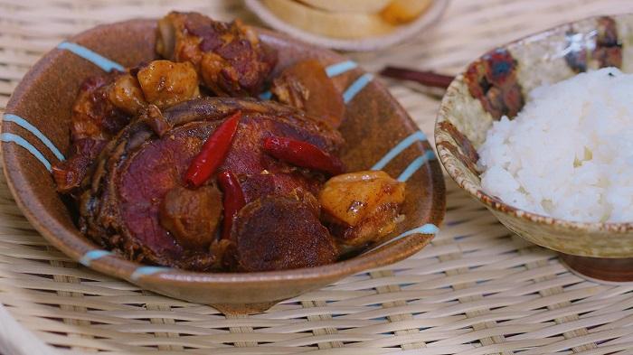 Cá kho ăn với cơm nóng là sự kết hợp trên cả tuyệt vời