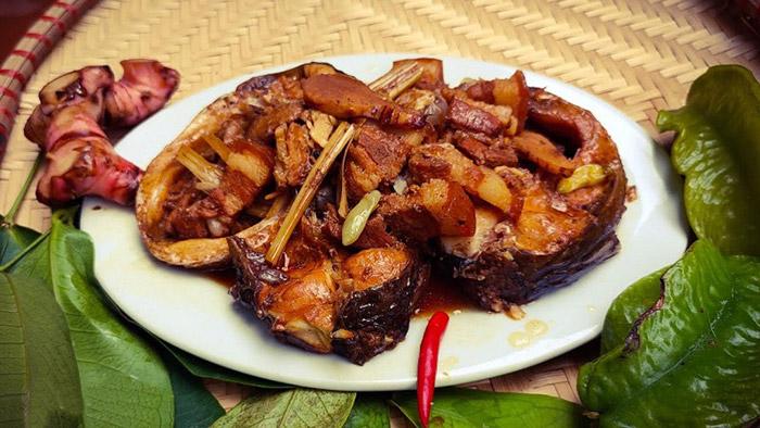 Cá trắm đen kho riềng sả kết hợp với cơm nóng tạo nên hương vị hoàn hảo