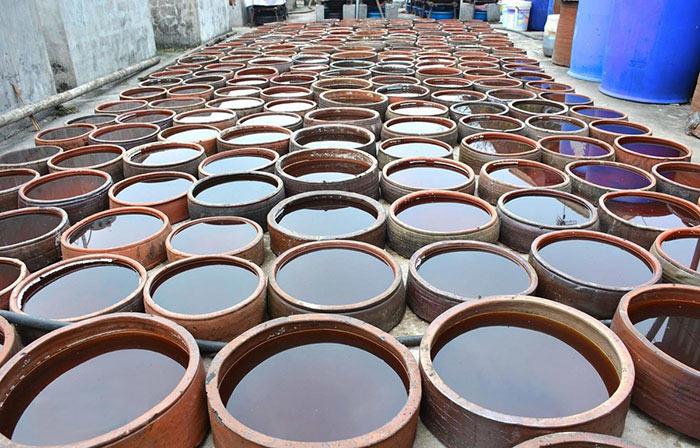 Người dân sử dụng hũ sành khi làm nước mắm với số lượng nhiều