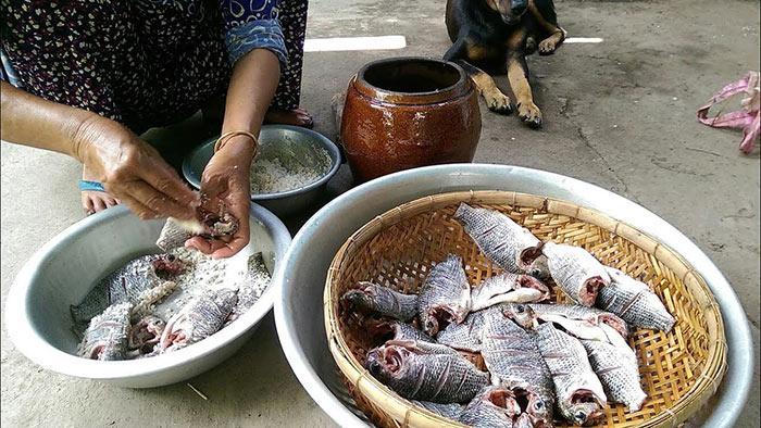 Những con cá tươi ngon được làm sạch với muối để chuẩn bị cho giai đoạn tiếp theo